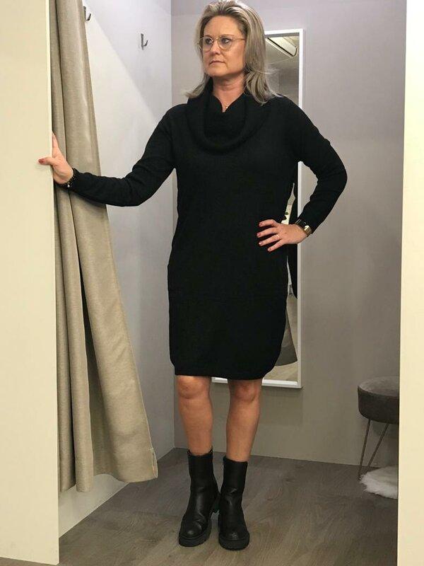 Lang kleed met rolkraag in zwart tricot