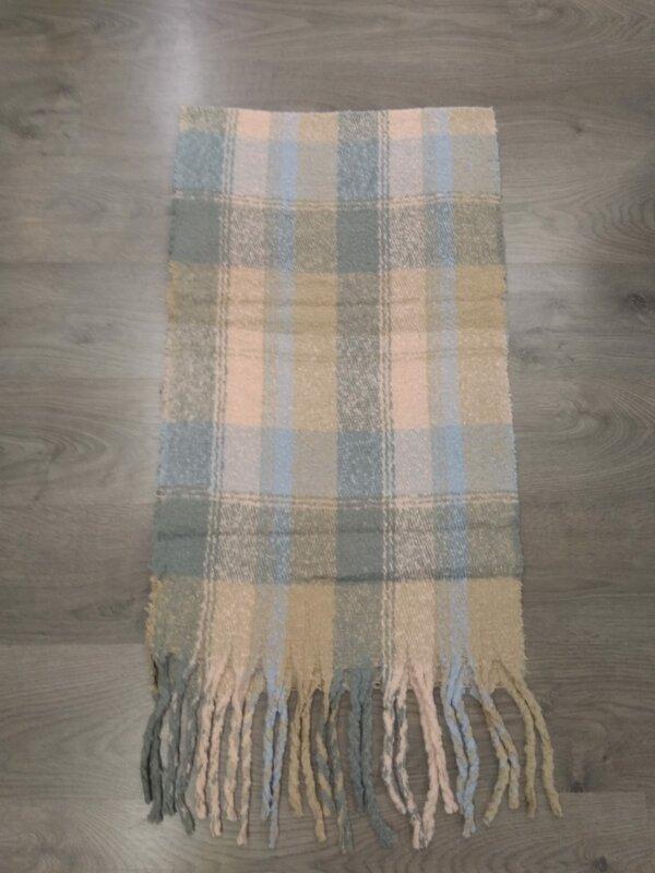 Dikke sjaal in beige, licht blauw roze met grijze tinten