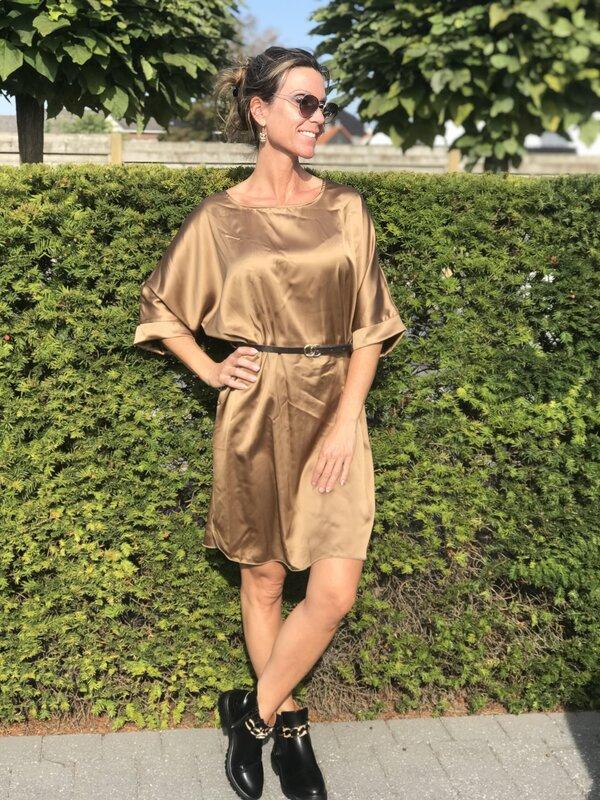 Satijnen kleedje met riem in camel