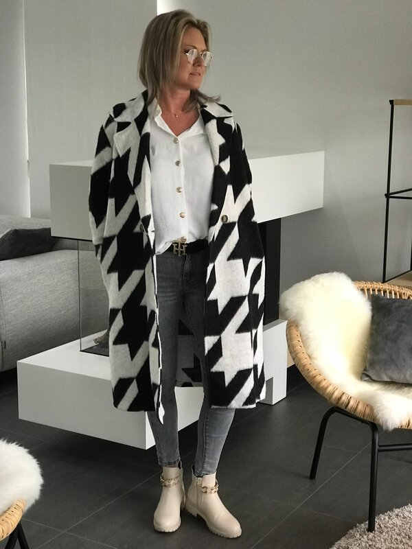 Lange jas in zwart beige print
