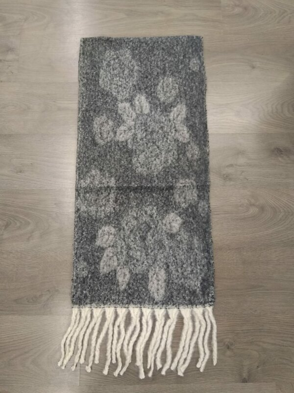 Dikke sjaal in grijze tekening