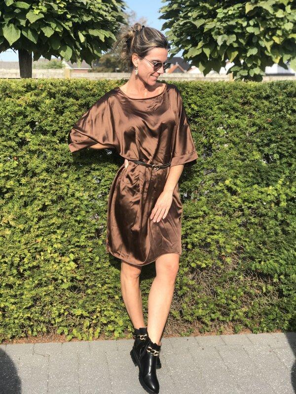 Satijnen kleedje met riem in bruin